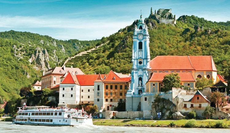 Blick auf Stift Dürnstein mit Schiff und Donau (© DDSG Blue Danube)