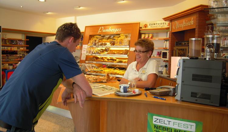 Gemütliches Cafe mit Blick auf den Marktplatz (© Tourismusverband Lembach i.M.)