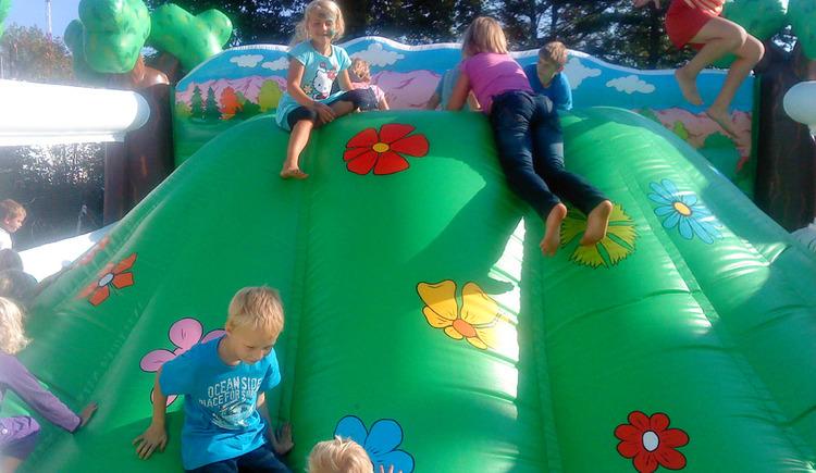 Kinder auf Spielger\u00e4t. (© www.muekis.at)