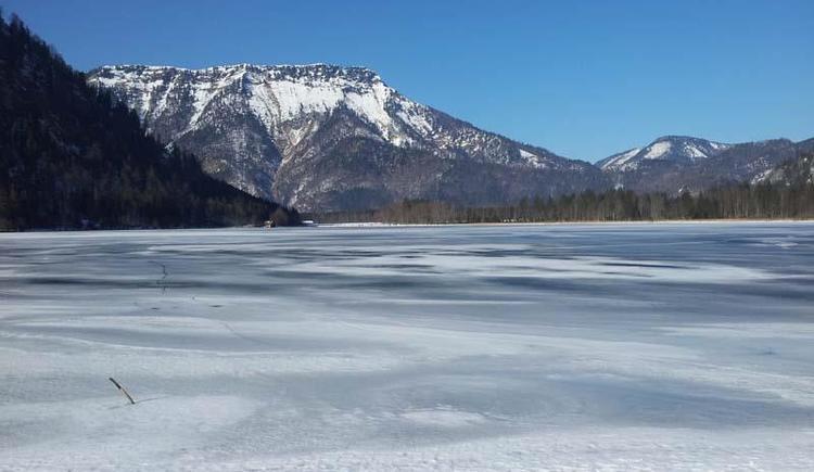 zugefrorener Offensee mit Eibenberg im Hintergrund (© Tourismusbüro Ebensee)