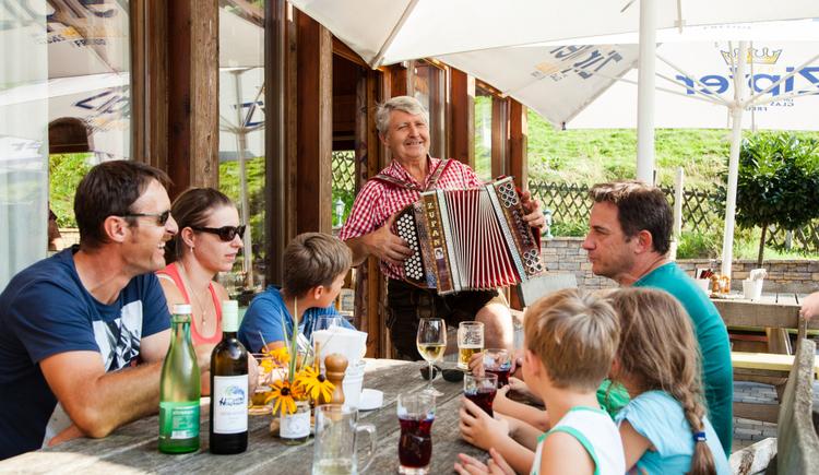 Der Seniorchef unterhält seine Gäste gern auf der Steirischen