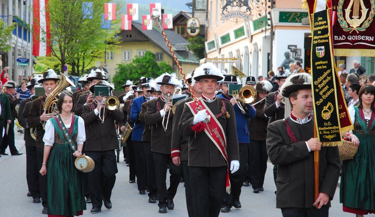Marching brass band Bürgermusik of Bad Goisern with sutlers