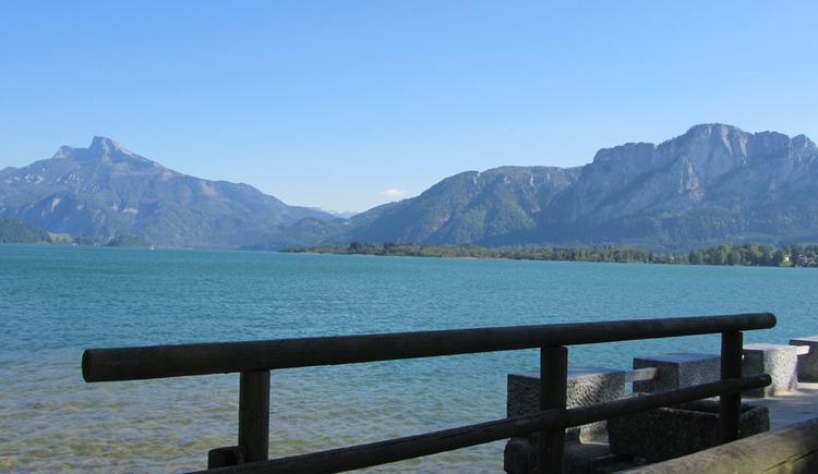 Blick auf den See und die Berge