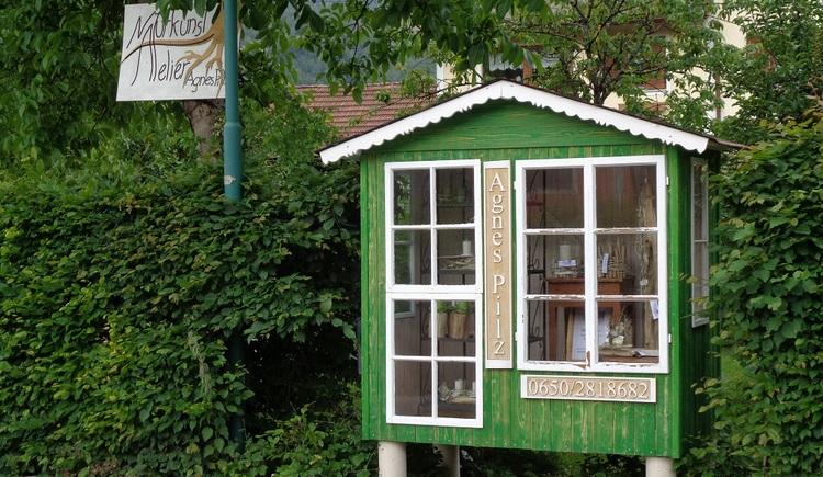 Der Schaukasten des Naturkunstateliers von Agnes Pilz bietet schon einen kleinen Einblick was Sie dort erwartet.