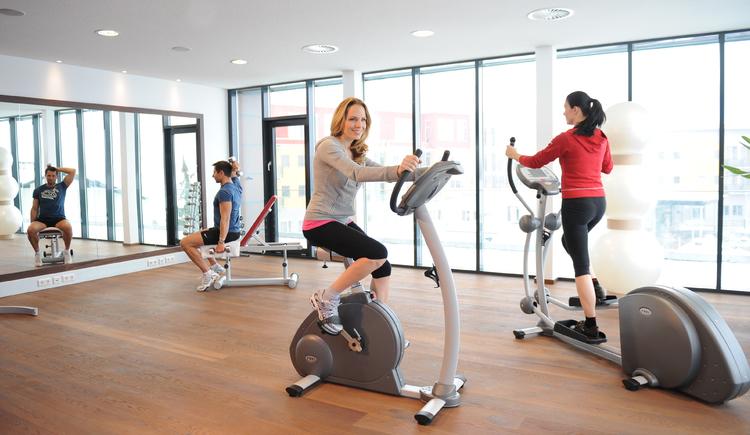 Fitness-Galerie mit modernsten Trainingsgeräten. (© Villa Vitalis)