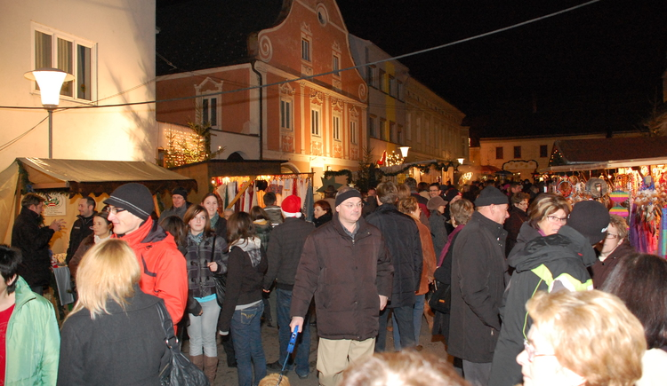 Stimmung am Christkindlmarkt. (© Stadtmarketing Perg)