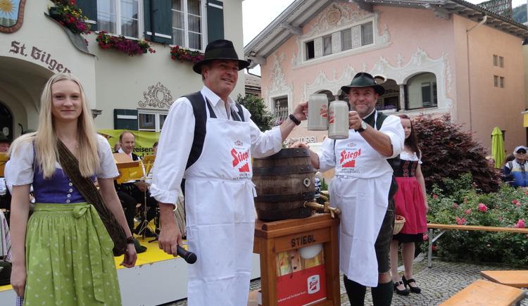 Bieranstich durch Bürgermeister Otto Kloiber beim Dorffest St. Gilgen. (© WTG)