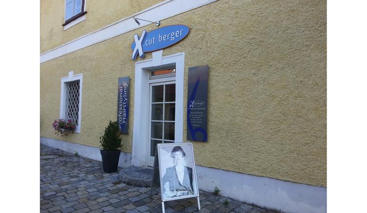 Blick auf den Eingang vom Geschäft