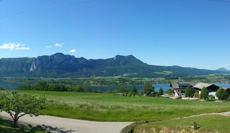 Ausblick auf die Landschaft, im Hintergrund der See und die Berge