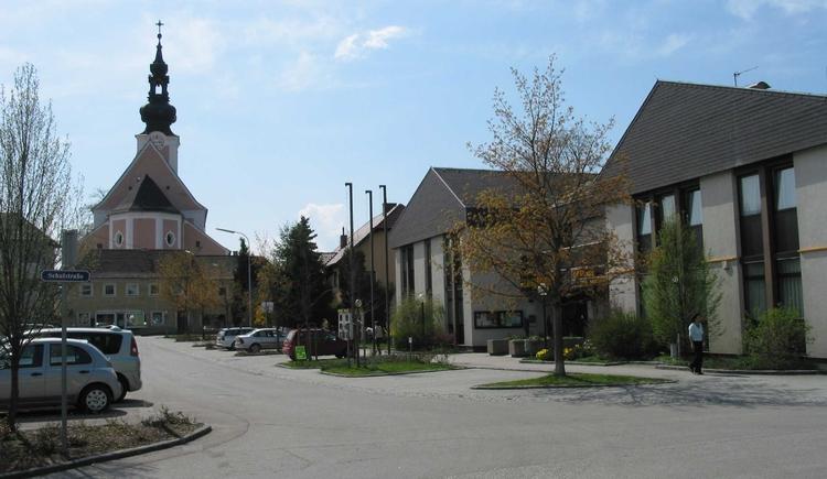 Blick von der Volksschule zum Gemeindeamt und der Pfarrkirche