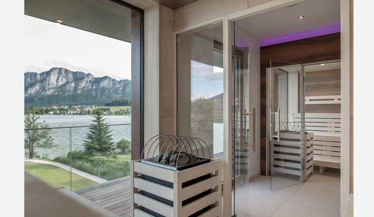 Sauna, view of the lake and the mountains through the large windows. (© Lackner)
