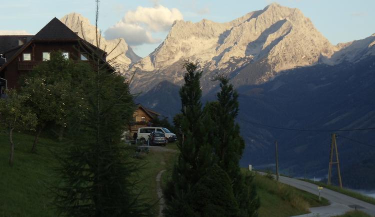 Gegenüber dem Haus Mösenbichler fällt die Abendsonne auf die Gipfel von Vorderstoder