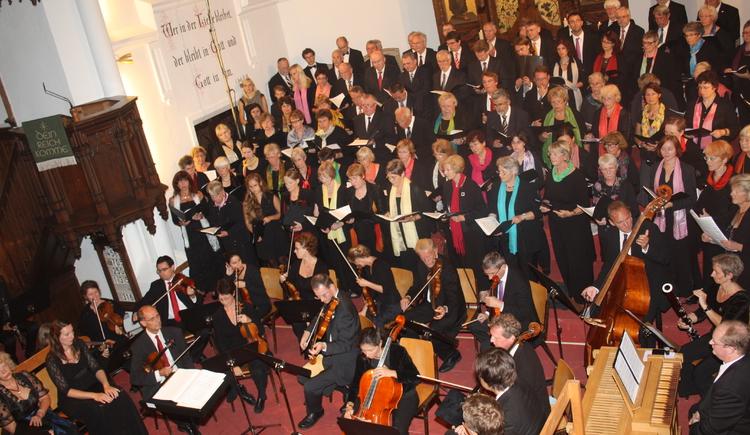 """choir and orchestra at the concert.\nMichael Haydn: Franziskus-Messe und\nFelix Mendelssohn Bartholdy: \""""Mein Herz erhebet Gott den Herrn\"""""""