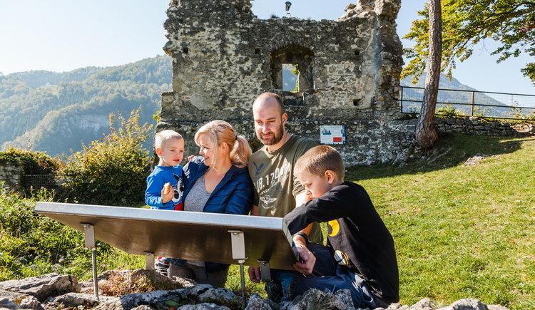 Umfangreich beschildert wird Wissenswertes rund um die Burg erklärt (© Melanie Eichenauer/TV Nationalpark Region Ennstal)
