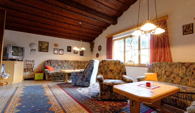 Haus Löger Windischgarsten - Aufenthaltsraum mit gemütlicher Couchlandschaft und Tischfußball. (© Sebastian Schmier)