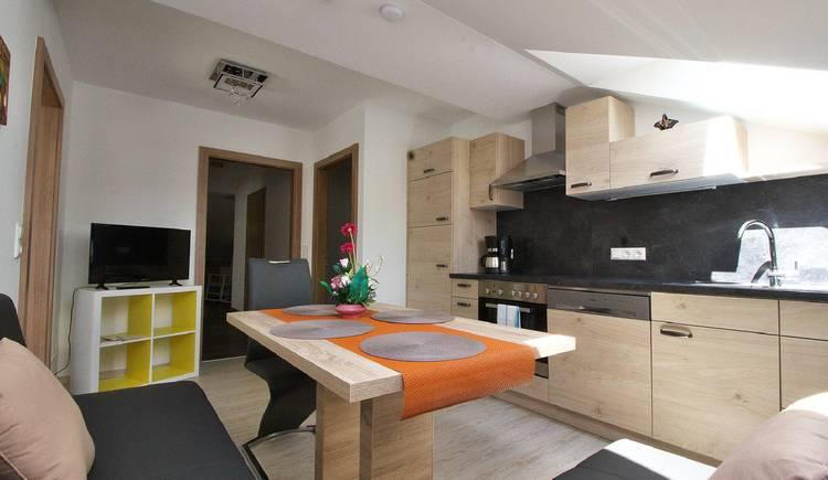 Komplett ausgestattete Küche mit gemütlicher Essecke