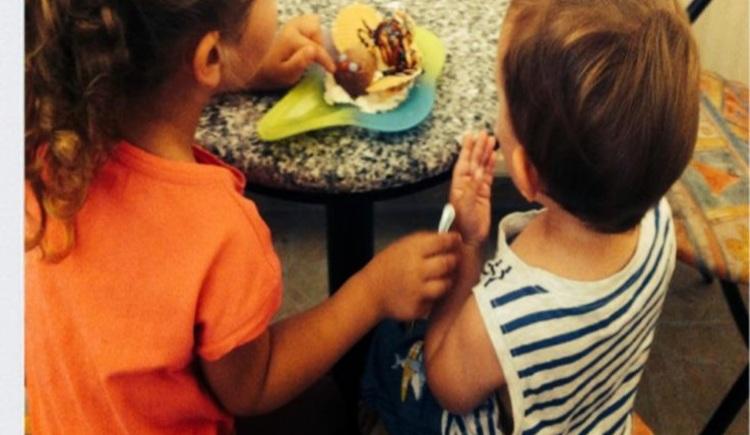 Kinder genießen das hausgemachte Eis der Boutique Gelato. (© Jorge Ceschin)