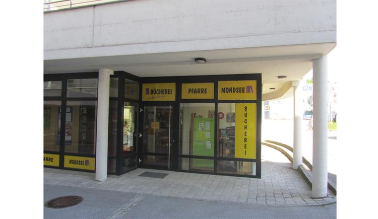 Blick auf den Eingang der Bücherei. (© Tourismusverband MondSeeLand)