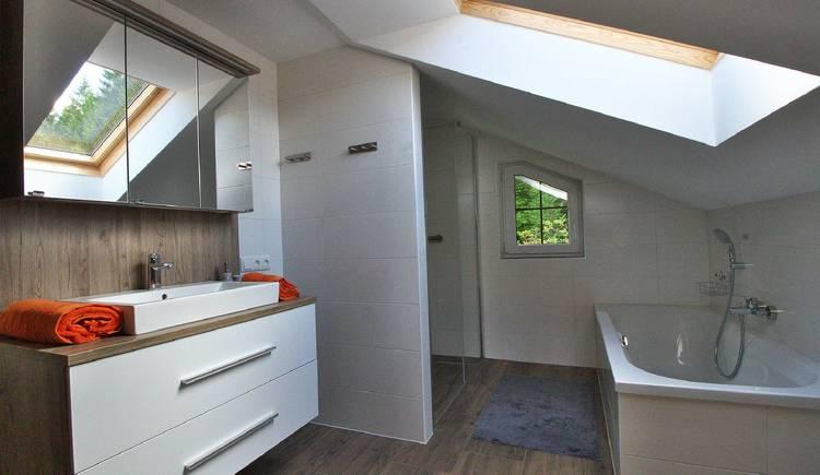 Geräumiges Badezimmer mit Badewanne und Dusche