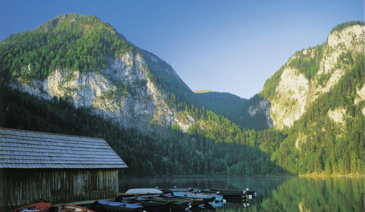 Roßleiten bei Windischgarsten: Gleinkersee mit Hütte und Booten
