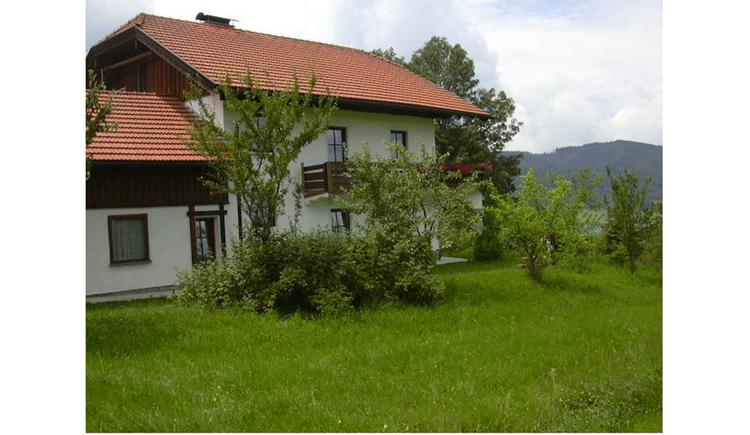 im Hintergrund das Haus, im Vordergrund eine Wiese