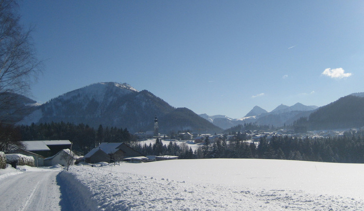 Winter hiking route Lidaun with view to the village centre (© Tourismusverband Faistenau)