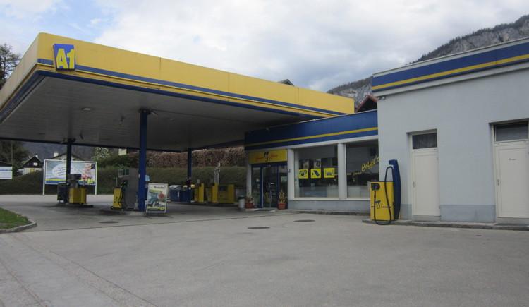 Vorderansicht der Tankstelle direkt an der B 145