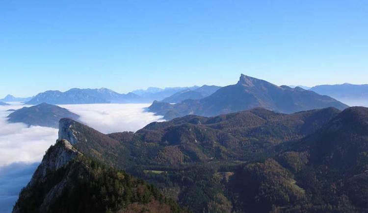 Blick vom Schober über die Gipfel der Drachenwand und des Schafbergs, die aus dem Nebel heraus ragen. (© www.mondsee.at)