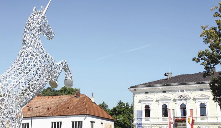 Das Wappentier als Kunstobjekt am Hauptplatz blickt in Richtung Rathaus der Stadt Perg. (© Boris Mitterlehner)