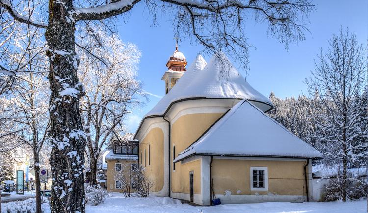 Winterwanderweg Dorfpromenade Ansicht Pfarrkirche Hinterstoder. (© Bruno Sulzbacher)