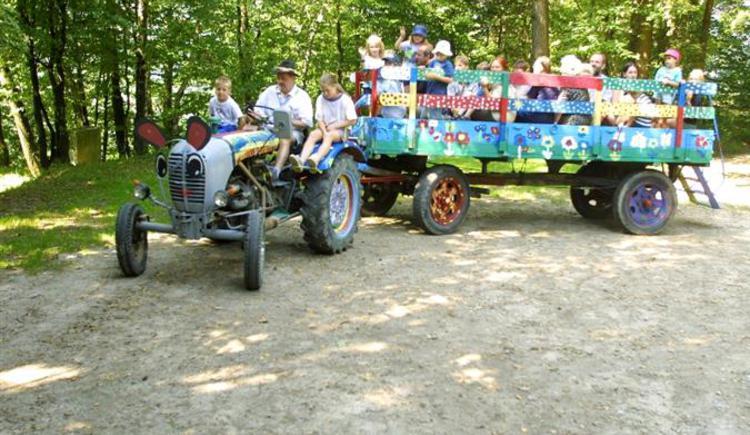 Märchentraktorfahrt beim Kinderprogramm. (© TV Neustift)