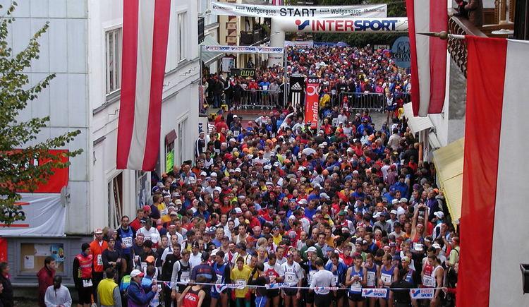 Startfoto beim Internationalen Lauf Rund um den Wolfgangsee. (© Franz Sperrer)