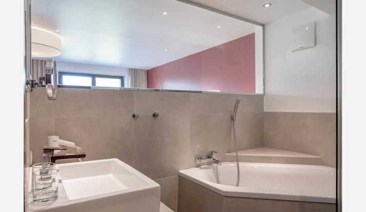 Badezimmer mit Waschbecken, Gläser, Badewanne