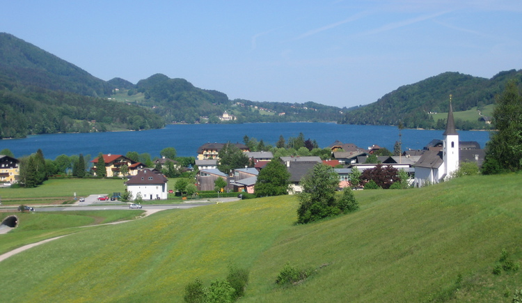 to the Lake Fuschlsee and the village Fuschl am See. (© Haus Meißnitzer)