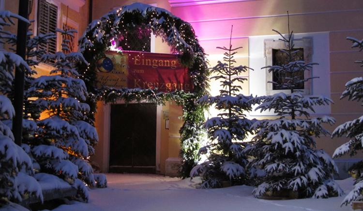 Eingang Kreuzgang, Christbäume, Schnee