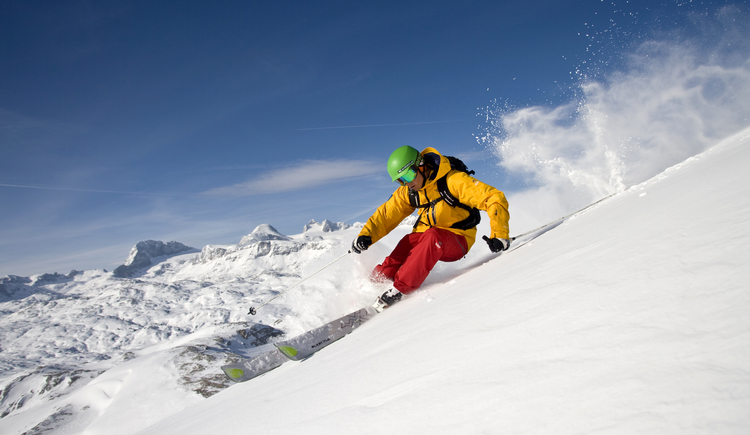 Skifahrer mit Blick auf den Dachstein. (© OOE Tourismus-Himsl)