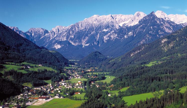 Hinterstoder: Ortsansicht mit Blick auf das Tote Gebirge. (© OÖ. Tourismus Marketing/Heilinger)