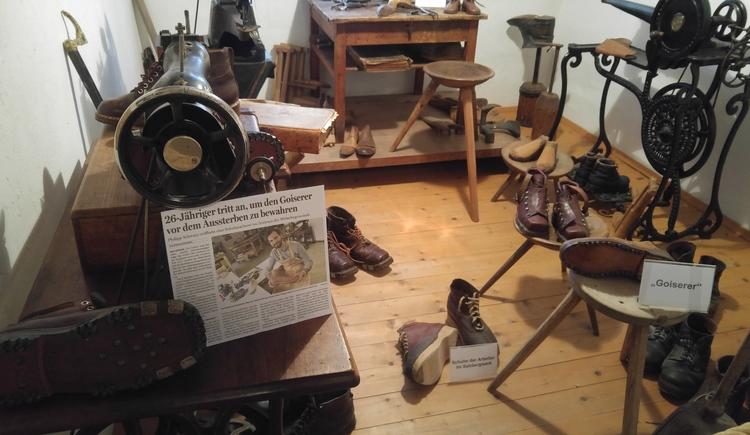 Goiserer Schuhe als Schaustücke im Museum