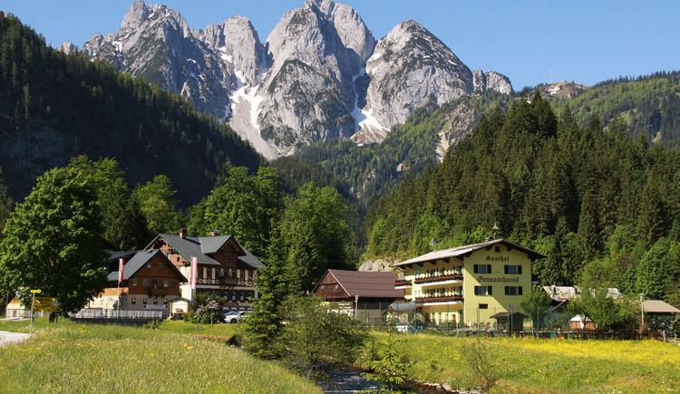The Hotel Gosauschmied with the magnificant Gosaukamm in the background. (© Hotel Gasthof Gosauschmied)