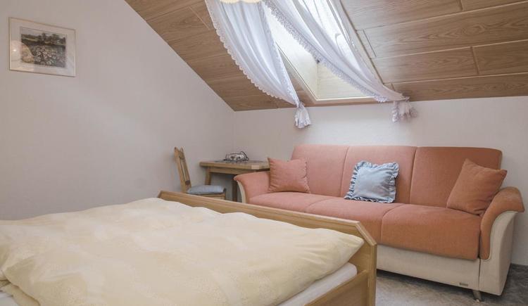 Zimmer mit Sitzbank (© Meixner)