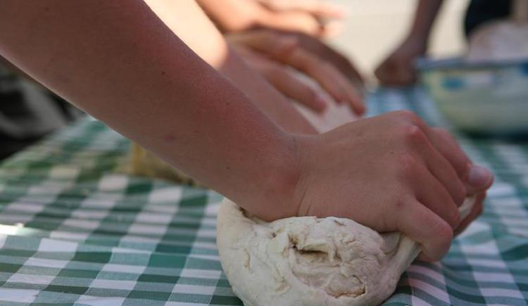 Making bread for old and young (© Oberhinteregghof Faistenau)