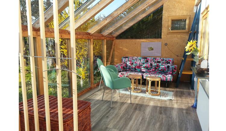 Wintergarten mit Couch, Tisch und Stuhl