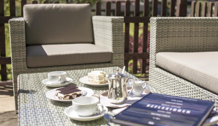 Aussenbereich mit Kuchen Hotel Garni Sonnleitn (© Hotel Garni Sonnleitn)
