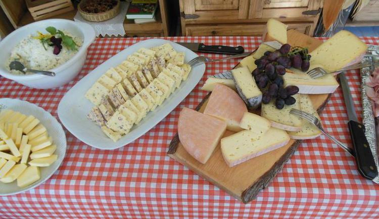 Selbstgemachter Käse beim Bauernfrühstück (© Erlebnisbauernhof Oberhinteregg Faistenau)