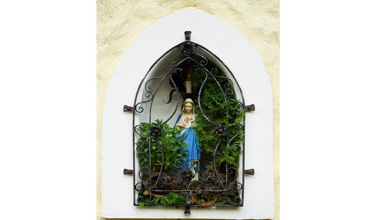 Blick auf die Madonna hinter Gittern