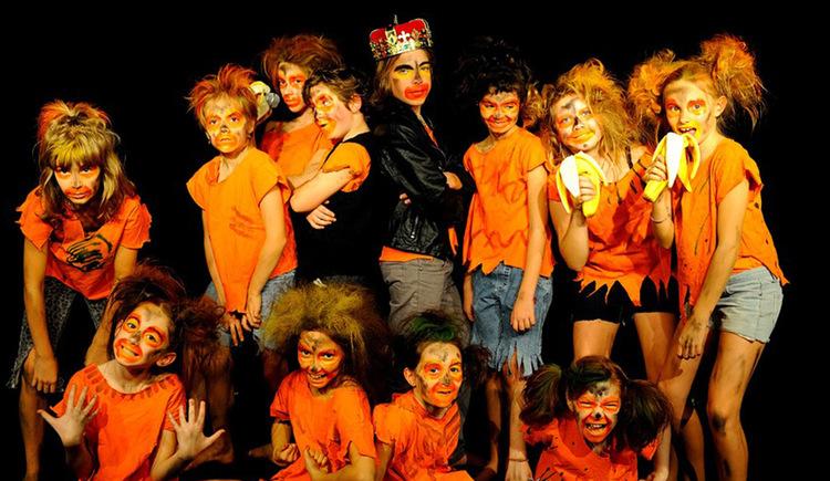 Gruppenfoto der Mitwirkenden vom Dschungelherz mit schwarzem Hintergrund. (© Musik.Kunst.Werk)