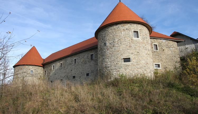 Burg Piberstein in Ahorn wurde um einen massiven Felsen erbaut und ab 2002 in kleineren und größeren Schritten renoviert. (© Kulturverein Burg Piberstein)