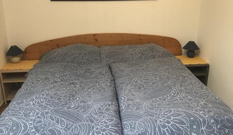 Gemütliches Doppelbett der Ferienwohnung.