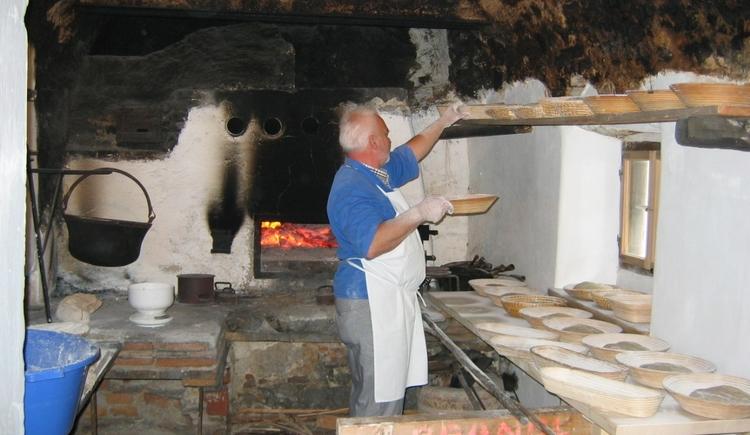 Während der Sommermonate wird in der alten Stube traditionell Brot gebacken.