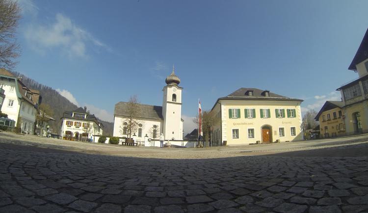 Der Antik- und Raritätenmarkt findet jeden Donnerstag am Dorfplatz in Strobl statt. (© WTG)
